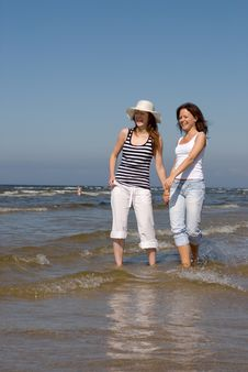 Free Summer Girls Playing In The Sea Royalty Free Stock Photography - 10035147