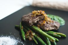 Free Paleo Beef Steak With Green Beans Stock Photos - 100885263