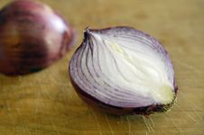 Free Red Onion Half Royalty Free Stock Image - 1013066