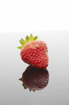 Free Wet Strawberry With Reflection Royalty Free Stock Image - 1015226