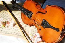 Violin On Music Sheet Royalty Free Stock Photos