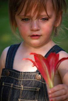 Free Girl Kids Show Flowers Royalty Free Stock Photo - 101152955