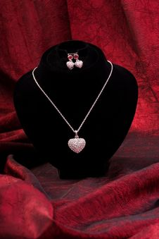 Free Chain With Diamond Heart And Earring Stock Images - 10130494