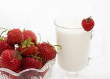 Free Cup Milk With Berries Royalty Free Stock Images - 10158849