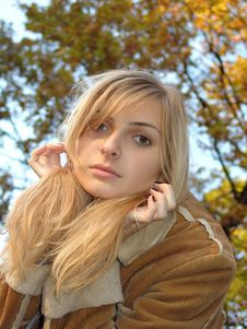 The Blondie And The Autumn Royalty Free Stock Photography