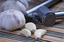 Free Garlic On The Table Royalty Free Stock Images - 10237919
