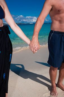Free Couple Holding Hands On A Beach Royalty Free Stock Images - 10239019