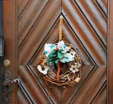 Dry Old Wreath On Brown Wooden Door Stock Images