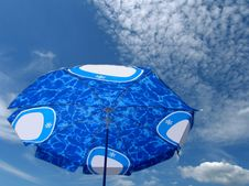 Free Beach Umbrella Blue Sky Royalty Free Stock Images - 10301089