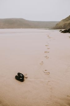 Free Footprints On The Beach Royalty Free Stock Photos - 103161868
