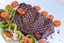 Free Rib Eye Steak With Green Bell Peper Stock Images - 10335744