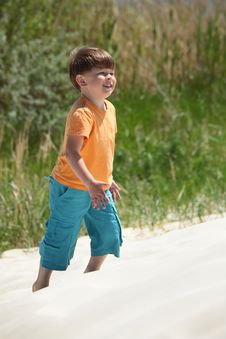 Free Boy Goes On Sand,  Side View Royalty Free Stock Photos - 10354538