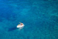 Free Boat In The Middle Of The Ocean Royalty Free Stock Photos - 103823498