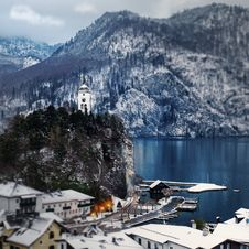 Free Snow Covered Mountain Houses Near Body Of Water At Daytime Royalty Free Stock Image - 104366956