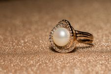 White Pearl Rose Gold Ring Stock Images
