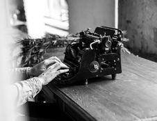Free Grayscale Vintage Typewriter Stock Image - 104806371