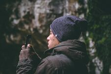 Free Man Wearing Beanie Holding Smartphone Stock Images - 104806584