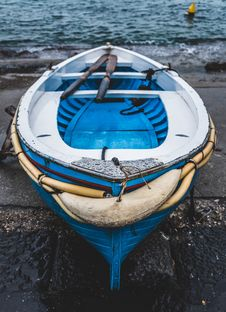 Free White And Blue Wooden Boat On Seashore Royalty Free Stock Images - 105661929