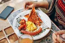 Free Toaster Bread, Scrambled Eggs, Grilled Tomato And Sausage Royalty Free Stock Photo - 105662085