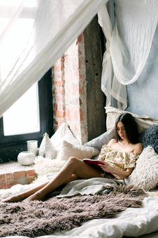 Free Woman Reading A Book In The Bed Royalty Free Stock Photography - 105823727