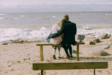 Free Man And Woman Hugging And Sitting On A Bench Royalty Free Stock Photos - 105823858