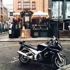 Free Black And White Yamah Sport Bike Parked Outside Belts Store Facade Stock Photography - 105911732