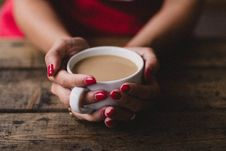 Free Women Holding Cup Of Coffee Stock Images - 105911874