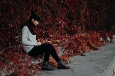 Free Woman Sitting On The Pavement Royalty Free Stock Photos - 106006258