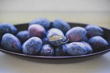 Free Black Berries On Top Of Black Ceramic Plate Stock Photography - 106058562