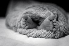 Free Greyscale Photo Of Human Feet Covered In Knitted Comforter Royalty Free Stock Photo - 106122625