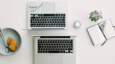 Free Two Macbook Pro Beside Gray Bowl Royalty Free Stock Photo - 106123365