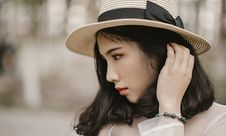 Free Shallow Focus Photography Of Woman Wearing Brown Sun Hat Stock Photography - 106306352