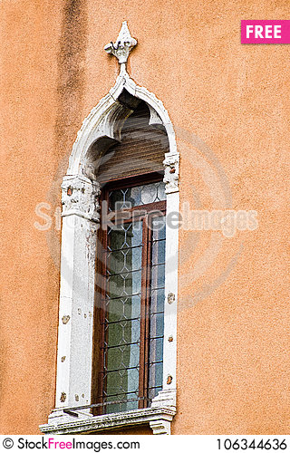 Free Vertical: Intricate Art, Sculptures And Masonry Adorn The Historic Buildings In Venice, Italy. Royalty Free Stock Image - 106344636
