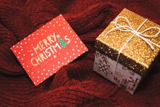Free White And Brown Christmas Gift Box With Card Royalty Free Stock Images - 106424509