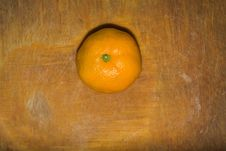 Free Orange On A Cutting Board Stock Photography - 106831452