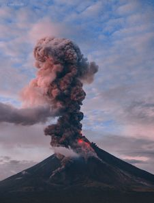 Free Photography Of Erupting Volcano Royalty Free Stock Photo - 108799285