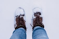 Free Person Wearing Brown Boots And Blue Denim Jeans Standing On Snow Royalty Free Stock Images - 109103239