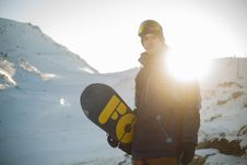 Free Man In Blue Pullover Hoodie Holding Blue And Yellow Snowboard Stock Photo - 109434170