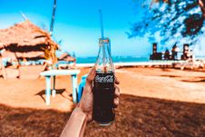 Free Person Holding Coca-cola Glass Bottle Royalty Free Stock Images - 109708429