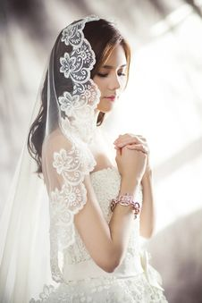 Free Woman In White Bridal Gown Meditating Royalty Free Stock Photos - 109885688