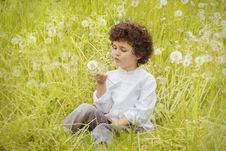Free Girl Wearing White Long Sleeve Top Holding White Dandelion Flower During Daytime Royalty Free Stock Images - 109885799