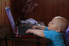 Free Boy Wearing Blue T Shirt Using Black Laptop Computer In A Dim Lighted Scenario Stock Photos - 109885853