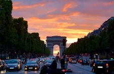 Free Crowded Street With Cars Along Arc De Triomphe Stock Photography - 109885972