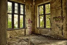 Free Brown Concrete Room With Windows During Daytime Royalty Free Stock Photography - 109886287