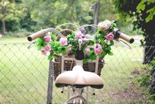 Free Pink Rose Bouquet In Brown Bicycle Basket Stock Photos - 109886373
