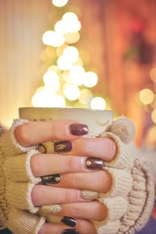 Free Person Holding A Mug Infront Of A Lighted Christmas Tree Royalty Free Stock Photos - 109887808