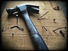 Free Black Claw Hammer On Brown Wooden Plank Royalty Free Stock Photos - 109887868