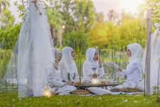 Free 4 Women In White Abaya Wedding Gown Having Picnic Near Trees Royalty Free Stock Photography - 109887877