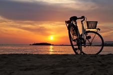 Free White Hard Tail Bicycle On Brown Beach Sand During Sunsets Royalty Free Stock Photography - 109888107