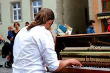 Free Man Playing Piano Royalty Free Stock Photos - 109888118